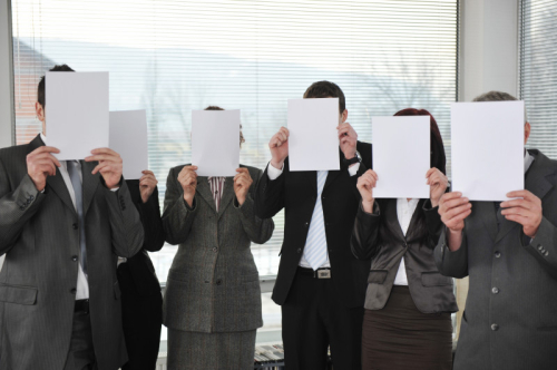 Group-of-business-people-holding-blank-signs_BYWABU04o